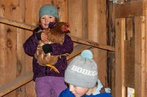Kinder mit Hühnern 3